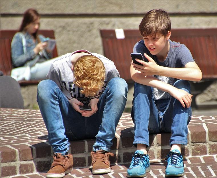el impacto de la tecnologia en los niños. charlando en el patio
